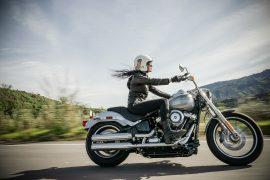 une femme conduisant une Harley Davidson