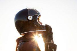 Jeune femme équipée d'un casque de moto anti-bruit